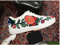 beyaz malzeme çiçekleri toptan satış-2018 Erkek tasarımcı lüks ayakkabılar Rahat Ayakkabılar beyaz mens kadın sneakers gelişmiş malzeme Arı çiçek yılan kalp aşk Hakiki Deri