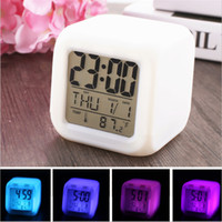mesas de cubo con luz led al por mayor-7 colores LED que cambian el reloj despertador digital Gadget de escritorio Termómetro digital de alarma Cubo brillante nocturno Reloj LCD Reloj de escritorio Luz de mesa