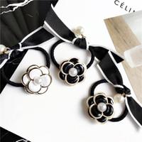 cercle de perles de décoration achat en gros de-Nouvelle Mode Camélia Perle Arc Mme Cercle De Cheveux Partie Décoration Tiara Noir Et Blanc Camélia Cheveux Bande Cadeaux De Vacances