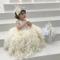 vestido de bautizo de marfil flores al por mayor-Impresionante vestido de desfile de plumas de marfil Cuello sin mangas Vestido de fiesta Vestidos de niña de flores Encantador vestido de bautizo para niños pequeños vestidos de ninas
