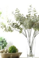 arreglos florales de seda para el hogar. al por mayor-62cm Party 5Pcs Seda artificial Australia Ramas de eucalipto Caída Inicio Decoración de la boda Flores falsas Arreglo Plantas Guirnalda de hojas