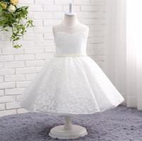 bebekler kızlar beyaz top elbiseler toptan satış-2019 çay boyu beyaz Balo dantel Çiçek Kız Elbise düğün için İnciler wasit jewel boyun Glitz Bebek Yürüyor bebek Çocuk Frock Tasarım