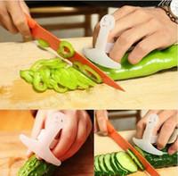 нож для защиты пальцев оптовых-Пластиковая рука Finger Guard Protector Нож Разделочные Cut Помощник растительное мясо фрукты инструменты Кухонные принадлежности GGA539