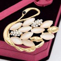 taş broş pimleri toptan satış-İnanılmaz Altın Renk En Kaliteli Narin Kuğu Broş Zarif Opal Taş Köpüklü Temizle Kristaller Eşarp Pin Muhteşem Kadınlar Bez Korsaj Pimleri