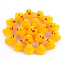 çocuklar yüzme plajı toptan satış-2018 Bebek Banyo Su Oyuncak oyuncaklar Sesler Sarı Kauçuk Ördekler Çocuk Banyo Çocuk Yüzme Plaj Hediyeler Dişli Bebek Çocuk Banyo Su Oyuncak