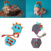 ingrosso prop. dinosauro neonato-Fotografia all'uncinetto neonato Set Neonati Fotografia Puntelli dinosauro maglia cappello + pantaloncini tuta 2 pz / set Cartoon Baby Cosplay Party abbigliamento AAA979