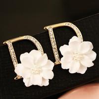 oro blanco de corea al por mayor-Letra de la marca europea D Pattern Stud Pendientes para mujeres Pendientes del perno prisionero de la flor blanca 18K chapado en oro accesorios de la joyería de moda coreana