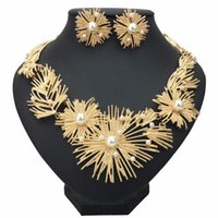taklit gelin setleri toptan satış-Büyük Çiçek Bildirimi Kolye Seti Kadın Düğün Afrika İmitasyon İnci Metal Gelin Küpe Kolye Takı Seti 2 Renkler 1 Takım