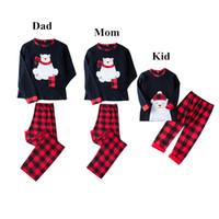 cb7fda7233 Lovely Bear Appliqued Plaid Navidad Familia Pijamas Ropa Bear Top + Plaid  Pantalones Conjunto de 2 piezas Traje Niño Mamá Papá Adulto Ropa de Navidad