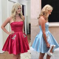 askısız koyu mavi elbiseler toptan satış-2018 Kısa Mezuniyet Elbiseleri Dantelli Elastik Saten Kristal Cepler Artı Boyutu Koyu Kırmızı Işık Sky Blue Straplez Parti Törenlerinde Gelinlik Modelleri