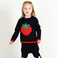 suéter de algodón negro al por mayor-Venta caliente INS estilo coreano Strawberry Decor Pullover Moda Otoño Primavera Pure Cotton O-cuello negro Cartton manga larga Sweater