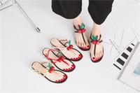nuevo verano sandalias de tacón bajo al por mayor-2018 verano Nueva versión coreana Sandalias de mujer perla Áspero con deducción de palabra sandalias de tacón bajo cereza de tacón
