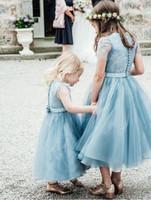 vestidos de la cena de las muchachas al por mayor-Dusty Blue Flower Girls Vestidos para Bodas Tulle Lace A Line Tea Length Fajas Botones Back Girls First Communion Dresses for Dinner Child