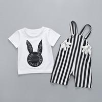 zwei jungen mädchen babys großhandel-Niedlichen Kaninchen Print Weiß T-shirt + Gestreifte Lätzchen Zweiteiler Set Jungen Mädchen Kleidung Sets Kindertag Geschenk Großhandel Kinder Kleidung