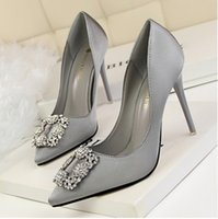 gelin elmas ayakkabıları toptan satış-Yeni stil kare buttonbrand adı sivri burun marka adı elmas kırmızı renk inci kadın ziyafet gelin ayakkabıları 484