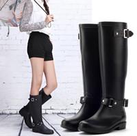 ropa de lluvia plástica al por mayor-Moda PVC Mujeres Lluvia Botas Hebilla Niñas Señoras Zapatos de goma Para Casual Walking Caza Al Aire Libre Impermeable Mujer Bajo talones Rainboots Zip