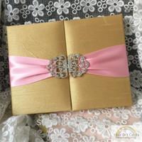 ingrosso nastro di raso oro rosa-Invito a nozze con scatola in raso di seta rosa oro lusso con nastro e fibbia strass personalizzata