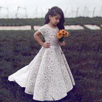 nuas little girl vestidos venda por atacado-2018 Árabe Meninas Ocasião Especial Vestidos de Jóias Pescoço Mangas Curtas Uma Linha Sweep Trem Marfim Rendas Nua Debaixo Da Menina Do Bebê Vestidos