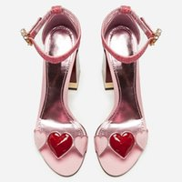 chaussures roses à talons hauts achat en gros de-Le plus récent en cuir verni en forme de coeur à talons hauts femme chaussures un mot bande talon chunky femmes sandales rose femmes pompes