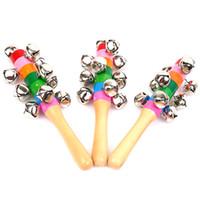 hölzerne handglocke großhandel-Holzstab neue Art Jingle Bells Regenbogen Hand schütteln Sound Bell Rasseln Baby Kind Kinder pädagogische Kinder Spielzeug 18 cm