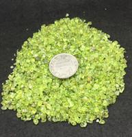 ingrosso pietra verde per la decorazione-Oro verde olivino peridoto ghiaia gioielli di cristallo quarzo burattato pietra minerali chip per la decorazione anniversario regalo di nozze