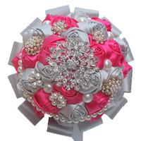 sıcak pembe çiçekler düğün buketi toptan satış-18 CM Düğün Gelin Buketi Sıcak pembe ve Gümüş İpek Gül Düğün Buket Inci Kristal Broş Şerit Tutan Çiçekler Nedime Buketi