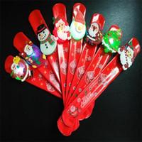 kunststoff-armbänder großhandel-Cartoon Weihnachten LED Licht Slap Armband Mode Kunststoff Weihnachtsmann Schneemann Armband Glowing In The Dark Handschlaufe Rot 0 92js BB