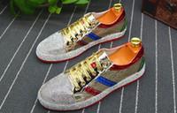 strass mokassin großhandel-Mode Männer strass gold silber rot mischfarbe Kausal Loafers schuhe Mokassins Männer Fahren rutschfeste gummiboden Für Mann
