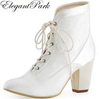 fildişi nedime ayakkabıları toptan satış-Kadınlar Kısa Çizme Sivri Burun Chunky Topuk Beyaz Fildişi Dantel yukarı Saten Gelin Nedime Bayanlar Gelin Ayakkabıları Düğün patikler HC1528