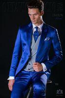 blaue glänzende hose großhandel-Populäre Entwurfs-Bräutigam-Smoking ein Knopf-glänzendes königliches Blau-Spitzenrevers Groomsmen-bester Mann-Klage-Hochzeits-Herren-Anzüge (Jacke + Pants + Vest + Tie) J460