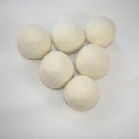 tissu feutré blanc achat en gros de-Les assouplisseurs de tissu non toxiques réutilisables de boules de blanchisserie de 4-7CM de boules de dessiccateur de feutre de laine naturelle réduisent le temps de séchage