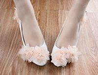 sapatas do casamento do champanhe do salto baixo venda por atacado-Flores de champanhe Med Heel Sapatos De Casamento Para Noivas Bonito Flores Brancas Sapatos De Noiva 3 Cm / 4.5 Cm / 8 Cm Saltos Sapatos Mulheres bombas