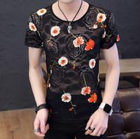 dessins de chemises pour hommes achat en gros de-Vêtements pour hommes évider dentelle rose broderie nouveau design mode t-shirt col rond respirant hommes tops taille M-3XL