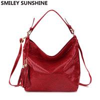 cuero rojo hobo bolsos al por mayor-SMILEY SUNSHINE mujeres de cuero de serpiente bolso de hombro grande mujeres patrón de serpentina hobos bolsa con borla bolso de mujer bolso rojo nuevo