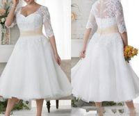 botones cubiertos para vestidos de novia al por mayor-2019 Nuevo tamaño extra grande Vestidos de novia Medias mangas cortas Vestidos de boda Botón de encaje blanco Vestido de playa Longitud de té Una línea