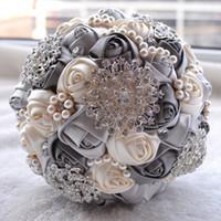 blumenstrauß champagner großhandel-Elfenbein Brautstrauß Satin Rose Blumen Brosche Blumenstrauß Bling Kristall Hochzeitsstrauß grau rosa Burgunder Champagner