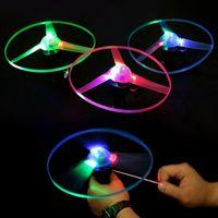 ufo neuheiten großhandel-Pull String Bunte LED beleuchtet Flying Frisbee UFO Untertasse Disc Hand ziehen Schwungrad Neuheit Kinderspielzeug für Kinder Weihnachtsgeschenke