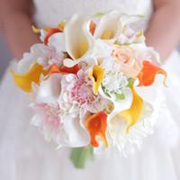 buquês artificiais amarelos venda por atacado-Amarelo alaranjado bouquet de Lírio de Calla Dahlia Flor buquê de casamento Da Noiva Nupcial Flores Artificiais bouquets Decoração artesanal