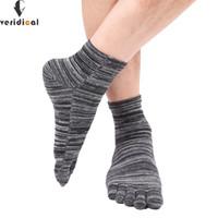 meias de dedo do pé macho venda por atacado-VERIDICAL homens toe meias tornozelo colorido cor macho cinco 5 Toe Meias 5 dedos meias