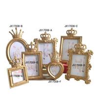 foto marco eco al por mayor-Retro flor tallada corona de oro marco de fotos originalidad muebles para el hogar respetuoso del medio ambiente resina regalo de la moda regalo 32jx2 bb