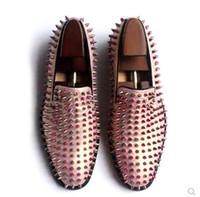couro baixo para homens venda por atacado-Sapatos masculinos Rosa de Ouro Mocassins Spike Studded Deslizamento Em Couro liso vermelho fundo moda homens bota sapato branco Primavera Outono Sapatos De Vestido de Casamento