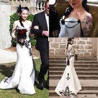 schwarze spitze offenes kleid großhandel-Günstige Weiß und Schwarz Gothic Mermaid Brautkleider Brautkleider Spitze Appliaue Sexy Off Shoulder Einzigartige Open Back nach Maß Plus Size