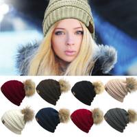 kablo örme kışlık şapka toptan satış-Unisex Trendy Şapkalar Kış Örme Kürk Poms Beanie Etiket Fedora Lüks Kablo Hımbıl Kafatası Kapaklar Moda Eğlence Beanie Açık Şapkalar F898-1