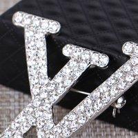 beliebte schmuckdesigner großhandel-Luxus Brosche für Frauen Strass Buchstaben Designer Brosche Beliebte Berühmte Marke Schmuck Zubehör Top Qualität