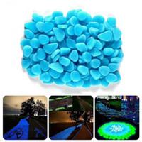 bleu d'aquarium achat en gros de-Bleu Vert Pierres Lumineuses Lueur en Dark Garden Decor Route En Plein Air Fish Tank Décoration Pebble Rocks Aquarium 100 pcs H1129