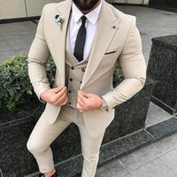 traje de tres piezas de diseño de la boda al por mayor-Trajes de hombre de tres piezas 2018 Blazer de ajuste de solapa con pico Blazer a medida Novios de boda Esmoquin Último chaleco Chaleco Abrigo Pantalones Diseño