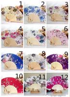 flores de seda japonesas venda por atacado-Chinês Japonês Do Vintage Fantasia Dobrável Ventilador de Mão De Madeira Rendas De Seda Flor Dança Fãs Fontes Do Partido Para O Presente Frete grátis