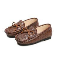 chico de moda de estilo vintage al por mayor-Estilo vintage para niños Chica Zapatos de moda casuales Niñas Mocasines Mocasines de cuero de PU suave Niños Blanco Negro Marrón Zapatos para niños