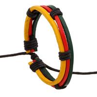 brazaletes rojos amarillos verdes al por mayor-¡Regalo de Navidad! Pulsera trenzada de cuero tricolor de alta calidad en rojo, verde y amarillo Pulseras de cuero con cordones Brazaletes
