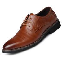 vestido de cuero amarillo al por mayor-zapatos de boda hombres oficina zapatos de negocios hombres cuero de oxford hombres vestido zapatos tallado casual Tamaño grande negro marrón amarillo azul sapatos sociales